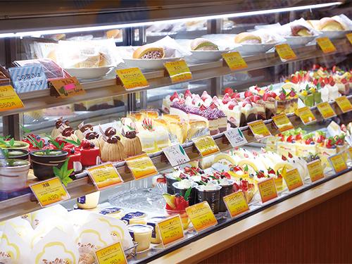 ショーケースに並んだ色とりどりのケーキ